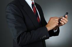 生意人拨号的移动电话 免版税库存照片