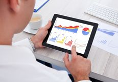 生意人数字式片剂使用 免版税库存图片