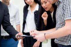生意人文件办公室签字 免版税库存图片