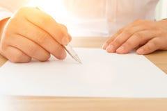 生意人文件签字 免版税库存图片