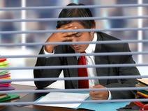 生意人服务台提供他的读取 免版税库存图片