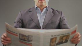 生意人查出的报纸读取白色 财务,政治,股市 影视素材