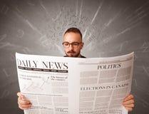 生意人查出的报纸读取白色 库存照片