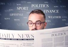 生意人查出的报纸读取白色 免版税图库摄影