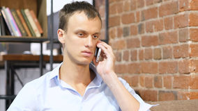 生意人查出的移动电话联系的白色 库存照片