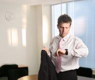 生意人检查时间 免版税库存图片