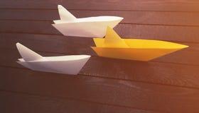 生意人概念图形结果成功 在木头的三条纸小船 免版税库存照片