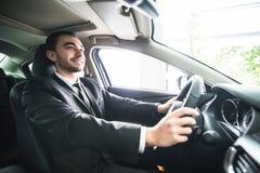 生意人汽车他的年轻人 luxuty汽车司机  英俊的人推进汽车 库存照片