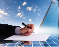 生意人现有量签署的文件 免版税库存照片
