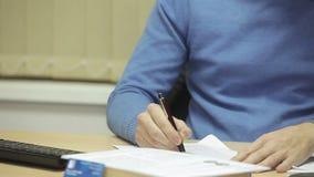 生意人现金合同交易查出货币被支付的签署的白色 署名是伪造品 影视素材