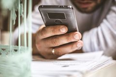 生意人移动电话使用 在电话的重点 免版税库存图片