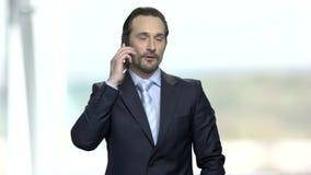 生意人移动电话成功联系 股票视频