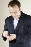 生意人移动电话现代微笑的年轻人 库存图片