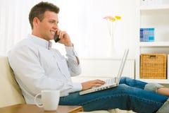 生意人移动电话联系 库存图片