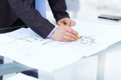 生意人签合同 背景查出的白色 库存照片