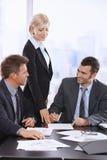 生意人签署的合同 免版税图库摄影