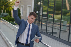 生意人纵向微笑的年轻人 免版税库存照片