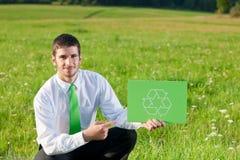 生意人能源回收符号年轻人的绿色暂&# 免版税图库摄影