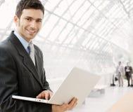 生意人膝上型计算机使用 免版税库存图片