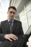 生意人膝上型计算机办公室微笑空间&# 免版税库存图片