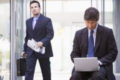 生意人膝上型计算机外部工作 免版税库存图片