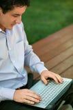 生意人膝上型计算机工作 免版税库存图片