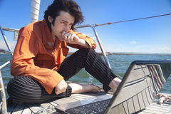 生意人膝上型计算机风船 库存照片