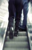 生意人自动扶梯走 免版税库存照片