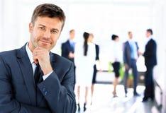 生意人英俊的纵向年轻人 免版税库存图片