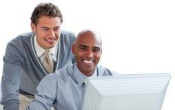 生意人计算机二运作的年轻人 免版税库存图片