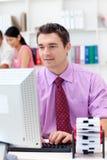 生意人计算机他的年轻人 免版税库存照片