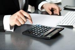 生意人计算机办公室 免版税图库摄影