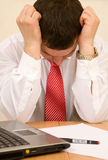生意人认为疲倦的工作的感觉安排 免版税库存图片