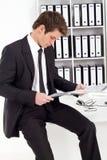生意人读取报表 免版税库存图片