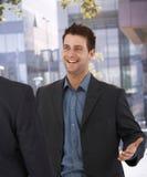 生意人问候同事在办公室 免版税图库摄影