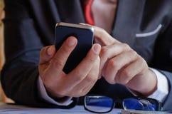 生意人smartphone使用 库存图片