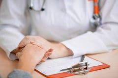 医生慰问的或支持的患者 图库摄影
