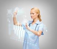 医生或护士与虚屏一起使用 图库摄影