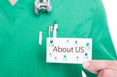 医生手陈列紧急呼叫的参观卡片 免版税库存图片