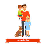 生拿着儿子,女儿身分,狗选址 免版税库存照片