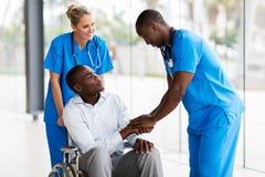 医生握手患者 免版税库存照片