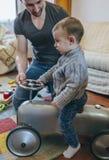 生教他的儿子如何驾驶小赛车 库存照片