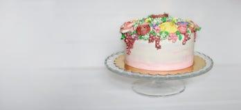 生日、母亲节或者周年晚会的横幅花卉BUTTERCREAM蛋糕反对白色灰色背景 图库摄影