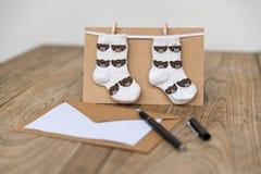 生日与婴孩袜子的贺卡 免版税库存照片