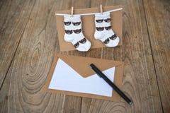 生日与婴孩袜子的贺卡 库存图片
