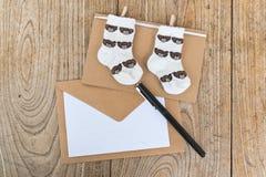 生日与婴孩袜子的贺卡 库存照片