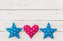 生日与星和心脏边界的贺卡背景 免版税库存图片