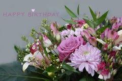 生日与玫瑰色花的贺卡 免版税库存图片