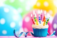 生日五颜六色的杯形蛋糕 图库摄影