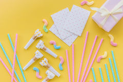 生日在黄色背景顶视图copyspace的贺卡 免版税库存照片